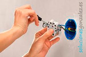 Reparación  y/o cambio de  enchufes, timbres, lámparas, etc